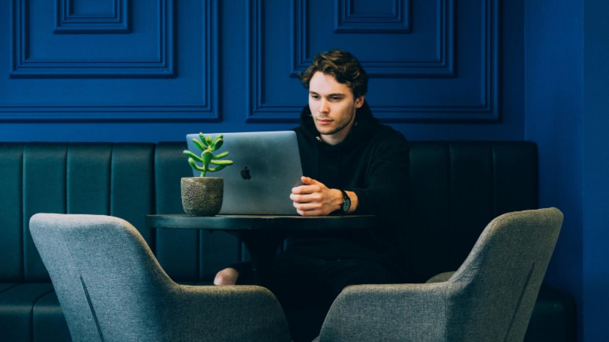 Man in café met laptop