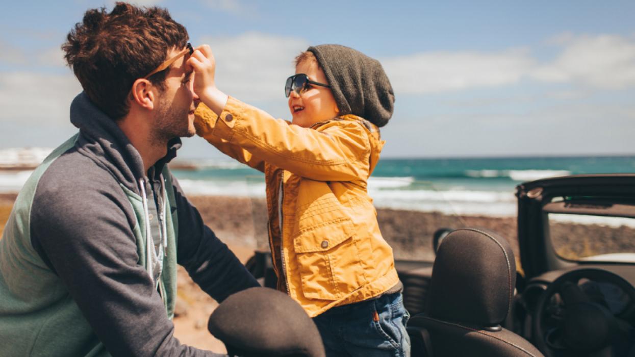 Man zoontje op het strand met bril